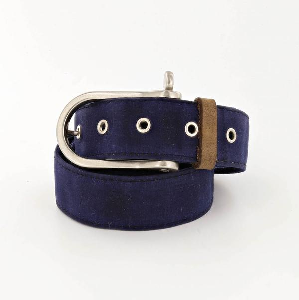 lookout waxed canvas belt with shackle buckle in navy